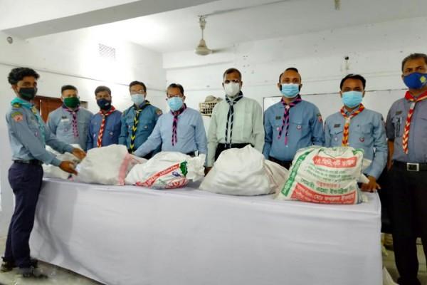 কুমিল্লায় রোভার স্কাউটদের খাদ্য উপহার দিলেন এমপি বাহার