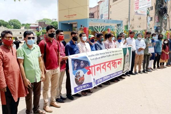 রোজিনা ইসলামের মুক্তি ও হেনস্তাকারীদের বিচারের দাবিতে কুমিল্লার সাংবাদিকদের প্রতিবাদ